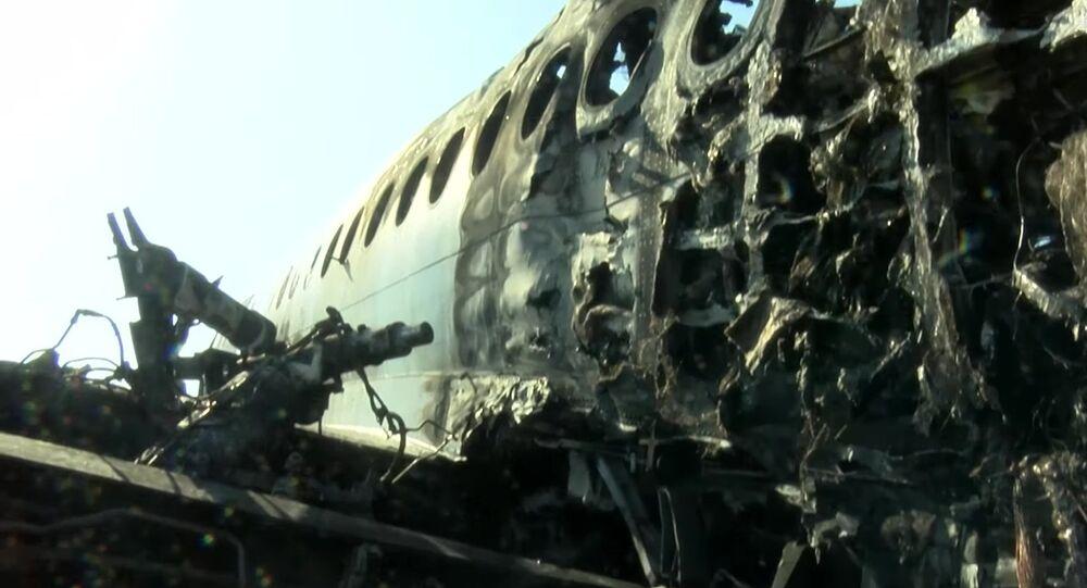 Avión de pasajeros Sukhoi Superjet 100 tras incendiarse en el aeropuerto Sheremétievo de Moscú