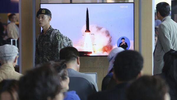 La transmisión por la televisión de los lanzamientos de cohetes de Corea del Norte - Sputnik Mundo