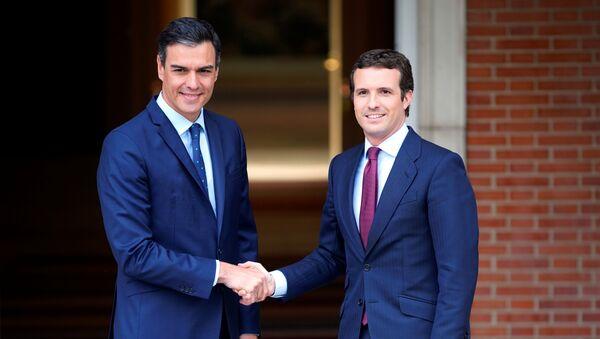 El presidente en funciones de España, Pedro Sánchez, y el presidente del Partido Popular, Pablo Casado - Sputnik Mundo