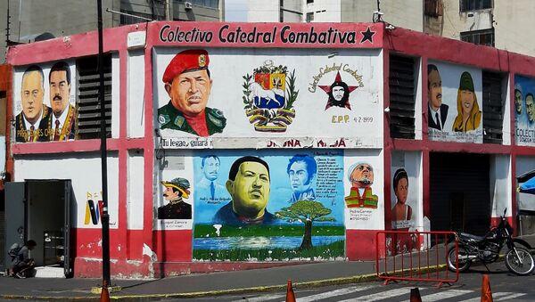 Un mural en Caracas que recuerda a Hugo Chávez y otras figuras de la Revolución bolivariana - Sputnik Mundo
