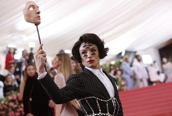 Los atuendos más memorables de la Gala del MET en Nueva York - Sputnik Mundo
