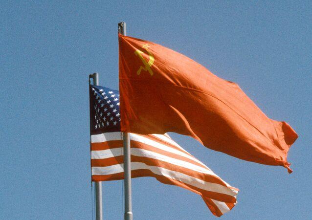Banderas de la URSS y de EEUU (archivo)