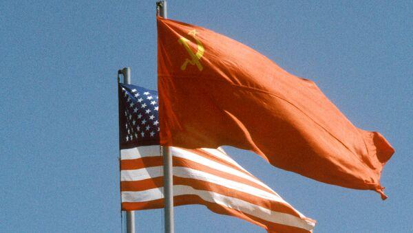 Banderas de la URSS y de EEUU (archivo) - Sputnik Mundo