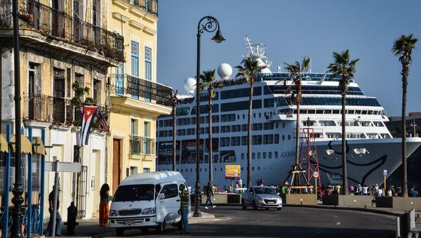 El crucero Adonia de la compañía estadounidense Carnival en la bahía de La Habana - Sputnik Mundo