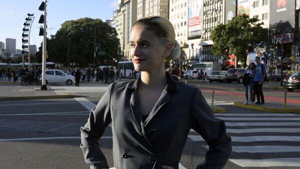 Una mujer disfrazada de Eva Perón, a 100 años del nacimiento de esta figura icónica de la historia argentina - Sputnik Mundo