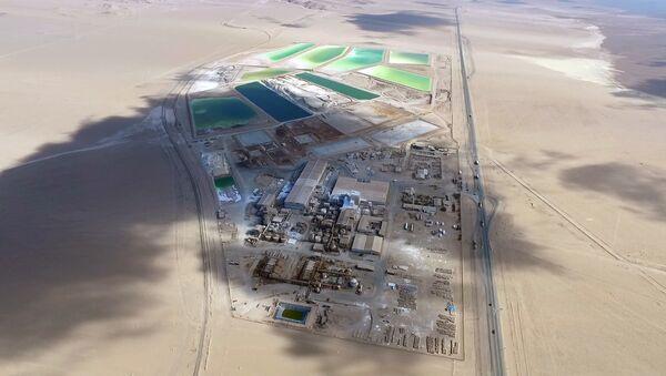 Piscinas de salmuera en el salar de Atacama de la empresa SQM, principal extractora de litio de Chile - Sputnik Mundo