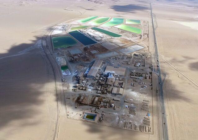 Piscinas de salmuera en el salar de Atacama de la empresa SQM, principal extractora de litio de Chile