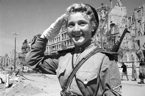 A las 2:10 del 9 de mayo de 1945, el locutor soviético Yuri Levitan leyó el Acta de Entrega Militar de la Alemania Nazi y el Decreto del Presídium del Sóviet Supremo de la Unión Soviética anunciando el 9 de mayo como el Día de la Victoria. En la foto: una controladora de tráfico en las calles de Berlín. - Sputnik Mundo