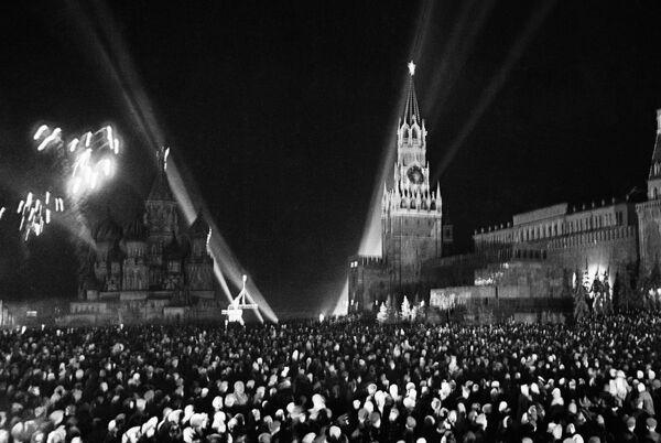 Fuegos artificiales en la Plaza Roja de Moscú con motivo del Día de la Victoria, el 9 de mayo de 1945. - Sputnik Mundo