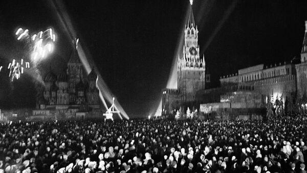 Салют на Красной площади в Москве по случаю Дня Победы 9 мая 1945 года - Sputnik Mundo