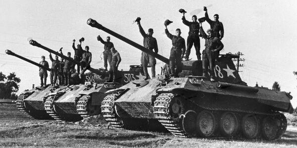 La Gran Guerra Patria, que comenzó el 22 de junio de 1941, cuando la Alemania nazi atacó la URSS, se convirtió en la parte más importante y decisiva de la Segunda Guerra Mundial de 1939-1945. En la foto: unos soldados soviéticos en los tanques alemanes Panther capturados como trofeos cerca de Praga. - Sputnik Mundo