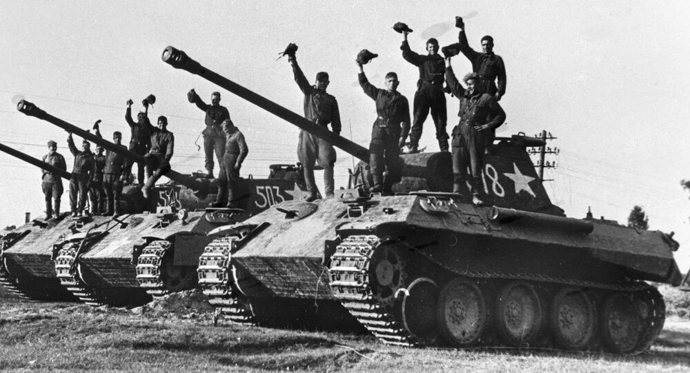 La Gran Guerra Patria, que comenzó el 22 de junio de 1941, cuando la Alemania nazi atacó la URSS, se convirtió en la parte más importante y decisiva de la Segunda Guerra Mundial de 1939-1945. En la foto: unos soldados soviéticos en los tanques alemanes Panther capturados como trofeos cerca de Praga.