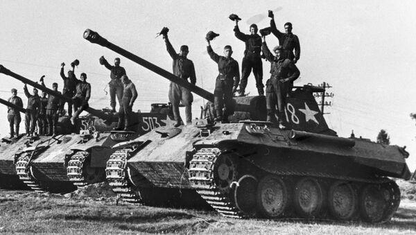 Soldados soviéticos sobre tanques alemanes durante la Segunda Guerra Mundial - Sputnik Mundo