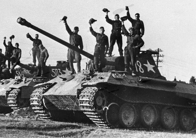En la foto: unos soldados soviéticos en los tanques alemanes Panther capturados como trofeos cerca de Praga.