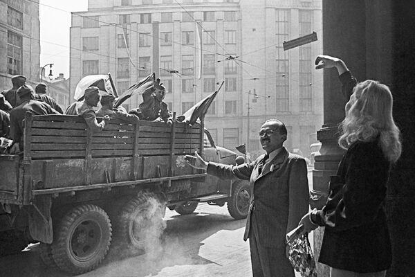Los residentes de Praga saludan a los soldados soviéticos. - Sputnik Mundo