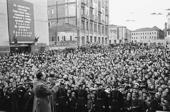 En cada familia soviética alguien murió en el frente o fue asesinado por los nazis durante la ocupación. En la foto: el artista soviético Emmanuíl Kaminka durante una actuación en las calles de Moscú, el 9 de mayo de 1945. - Sputnik Mundo