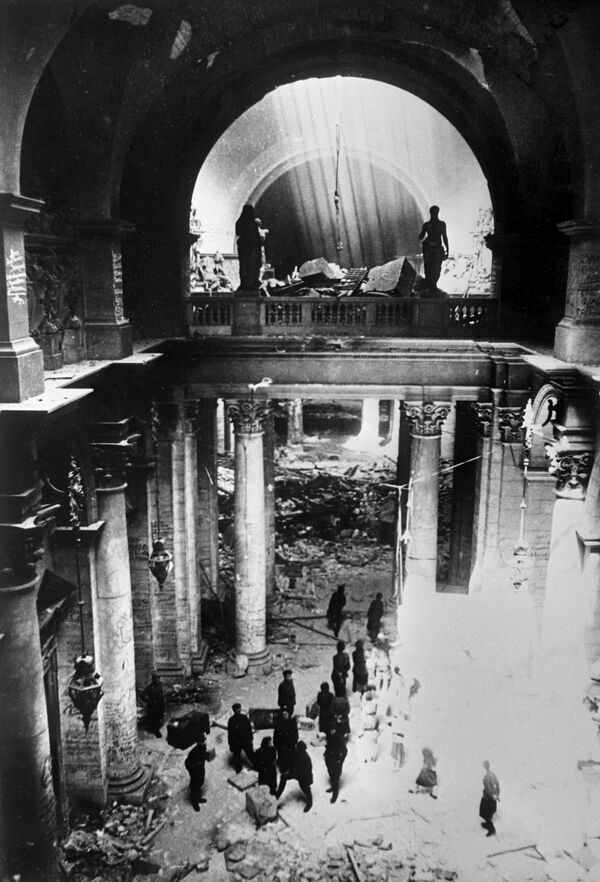 Soldados soviéticos en el edificio del Reichstag, mayo de 1945. - Sputnik Mundo