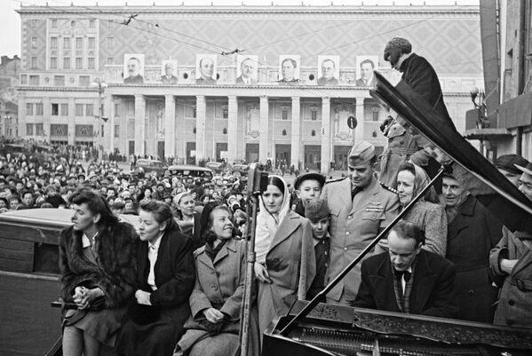 El pianista de la Filarmónica de Moscú Yuri Briushkov actúa en la plaza de Maiakovski, en la capital rusa, el 9 de mayo de 1945. - Sputnik Mundo
