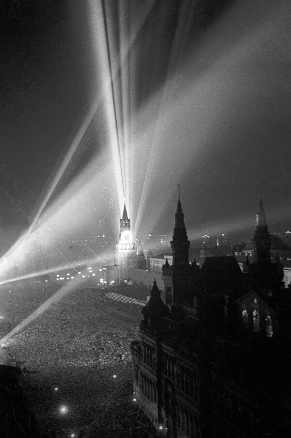 La Gran Guerra Patria, que duró 3 años, 10 meses y 17 días, terminó con una victoria total de la Unión Soviética y la rendición incondicional de la Alemania nazi. En la foto: fuegos artificiales en la Plaza Roja de Moscú con motivo del Día de la Victoria el 9 de mayo de 1945. - Sputnik Mundo