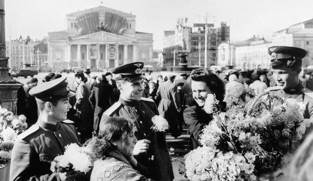 El Acta de rendición de la Alemania nazi fue firmada originalmente el 7 de mayo a las 02:41 CET en Reims (Francia). La rendición de la Alemania nazi entró en vigor el 8 de mayo a las 23:01 CET. A petición del líder soviético Iósif Stalin, una segunda firma de la rendición tuvo lugar en el suburbio berlinés de Karlshorst por la noche del 8 al 9 de mayo. Las fechas del anuncio oficial de los jefes de Estado sobre la firma de la rendición —el 8 de mayo en Europa y el 9 de mayo en la URSS— comenzaron a celebrarse en los respectivos países como Día de la Victoria. En la foto: celebración del Día de la Victoria en el centro de Moscú, cerca del Teatro Bolshói.