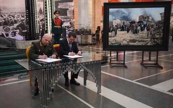 Víctor Miskovets y el pintor español Augusto Ferrer-Dalmau Nieto - Sputnik Mundo