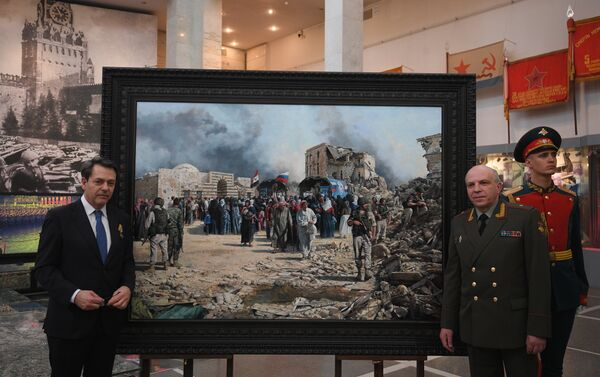 Augusto Ferrer-Dalmau Nieto y Víctor Miskovets junto al cuadro sobre la guerra en Siria - Sputnik Mundo
