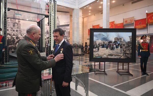 La entrega de la medalla 'Por la consolidación de la comunidad militar' al pintor español Augusto Ferrer-Dalmau Nieto - Sputnik Mundo