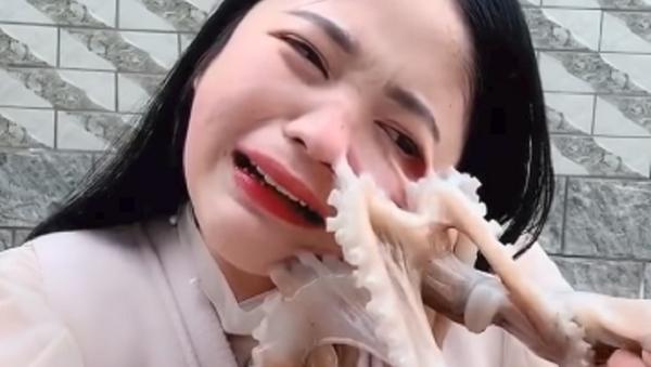 Ataque marino: una bloguera intenta comerse un pulpo y casi pierde un ojo (vídeo) - Sputnik Mundo