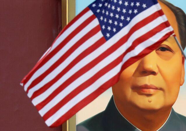 La bandera de EEUU frente al retrato de Mao Zedong