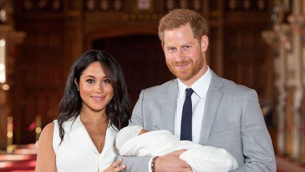 El príncipe Enrique y Meghan Markle presentan su hijo a la prensa - Sputnik Mundo