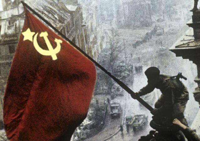 La bandera soviética sobre el Reichstag  tras la derrota de las tropas nazis