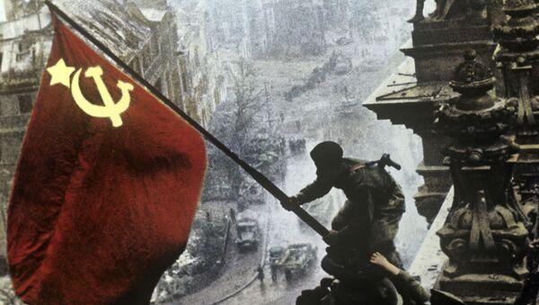 La bandera soviética sobre el Reichstag  tras la derrota de las tropas nazis - Sputnik Mundo