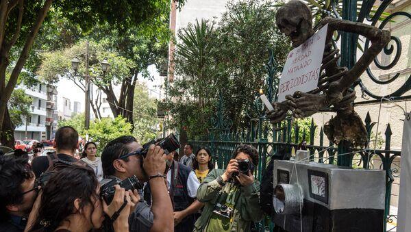 Una manifestación en protesta al asesinato de periodistas en México - Sputnik Mundo