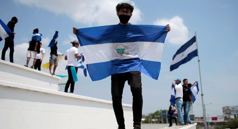 Un hombre con la bandera de Nicaragua
