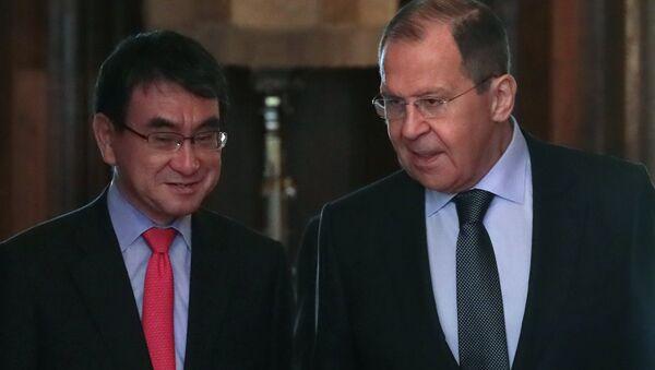 Los cancilleres de Japón, Taro Kono, y de Rusia, Serguéi Lavrov - Sputnik Mundo