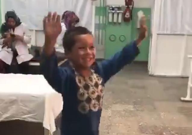 El conmovedor baile de un niño afgano al recibir una nueva pierna