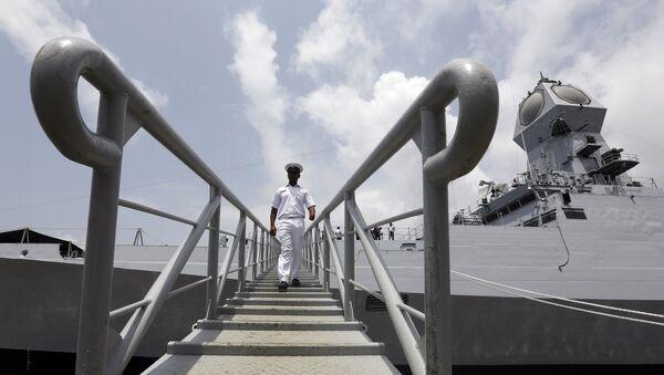 Un militar de la India desembarca de la nave INS Kolkata - Sputnik Mundo