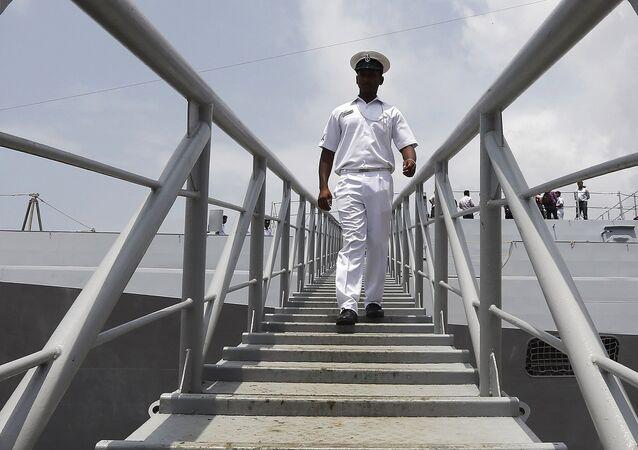 Un militar de la India en el buque INS Kolkata (archivo)