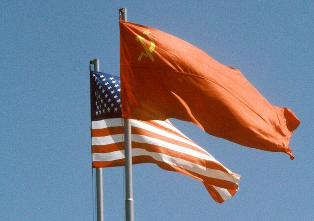 La banderas de la URSS y EEUU