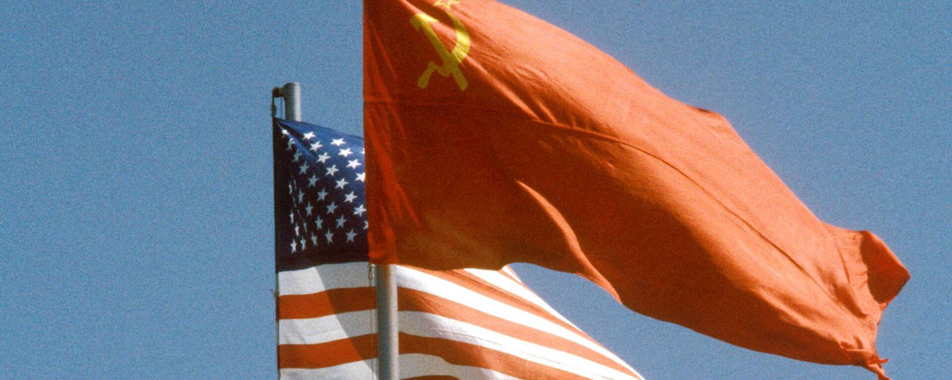 La banderas de la URSS y EEUU - Sputnik Mundo, 1920, 05.03.2021