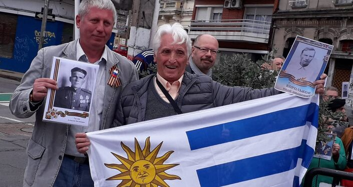 La marcha del Regimiento Inmortal en Montevideo