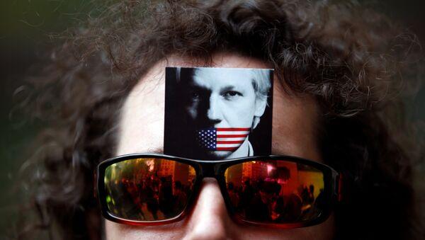 El retrato de Julian Assange en las gafas de un manifestante (archivo) - Sputnik Mundo