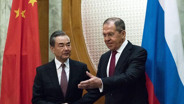 Ministro de Asuntos Exteriores de China, Wang Yi, y su homólogo ruso, Serguéi Lavrov - Sputnik Mundo