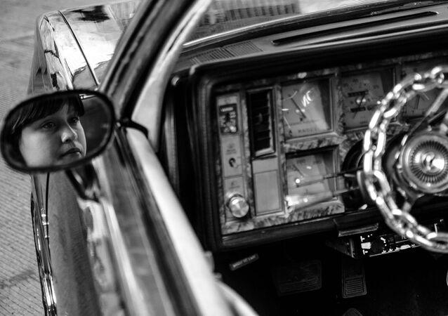 Ecatepec, Estado de México: Una mujer del La Unión Car Club llega en un auto modificado al festejo del séptimo aniversario de Brown Pride