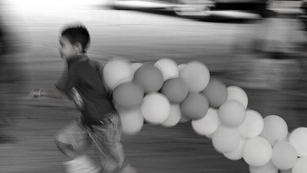 Ecatepec, Estado de México. Niño juega durante el festejo del séptimo aniversario de la pandilla Brown Pride - Sputnik Mundo