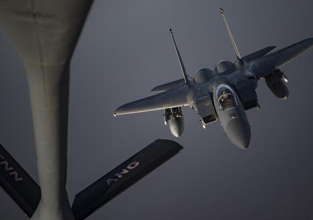Un F-15C Eagle se prepara para recibir combustible de un KC-135 Stratotanker, 12 de mayo de 2019