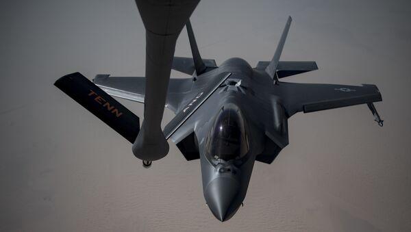 Un F-35A Lightning II se prepara para recibir combustible de un KC-135 Stratotanker, 12 de mayo de 2019 - Sputnik Mundo