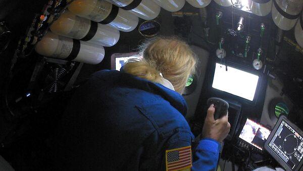 El investigador estadounidense Victor Vescovo descendiendo a la fosa de las Marianas - Sputnik Mundo