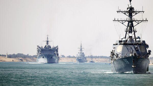 El grupo de combate del USS Abraham Lincoln atraviesa el canal de Suez (archivo) - Sputnik Mundo