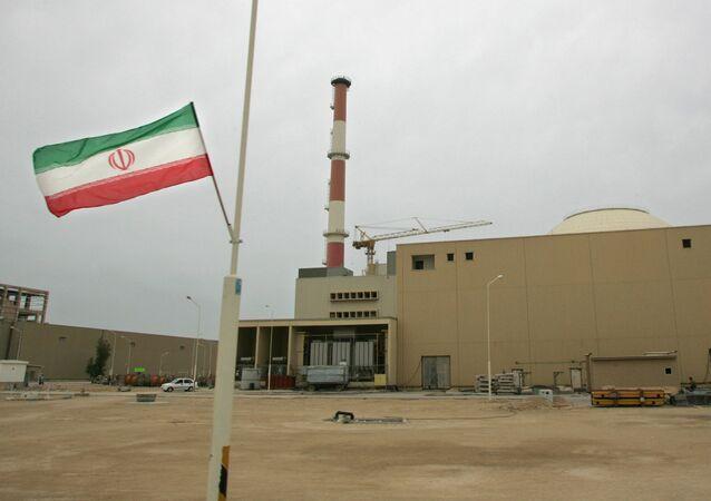 La bandera de Irán junto a la planta nuclear de Bushehr (archivo)